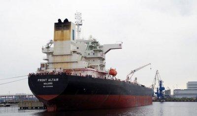 طاقم الناقلة المتضررة ببحر عمان يصل دبي