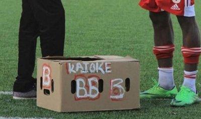 دجاجة هدية للاعب افريقي