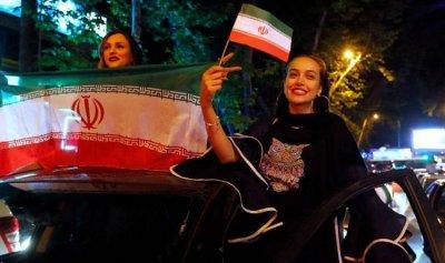 إيرانيات يكسرن القيود في شوارع طهران