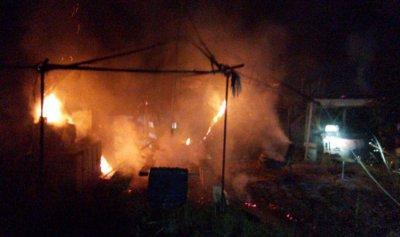 بالصور: خيمتان تحترقان في المنصف