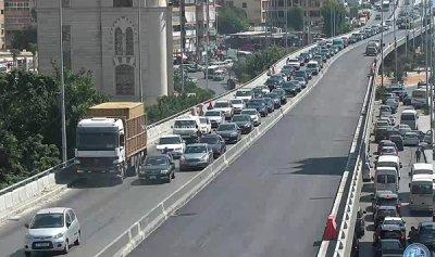 بالصورة: حركة المرور كثيفة في الكولا إثر تعطل شاحنة