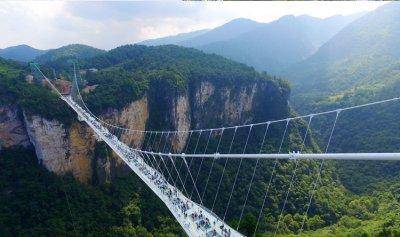 بالفيديو: لحظات من الرعب عاشها سواح على جسر زجاجي شاهق