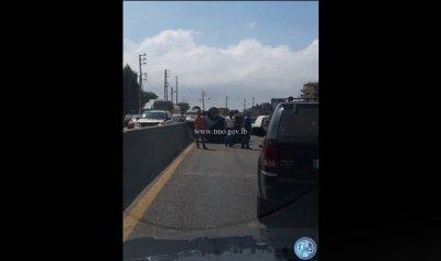 بالصورة: جريح إثر انقلاب سيارة في بحمدون