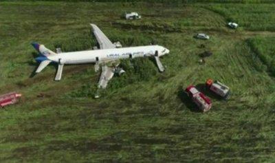 بالفيديو: هبوط طائرة روسية في حقل ذرة وانقاذ 200 شخص