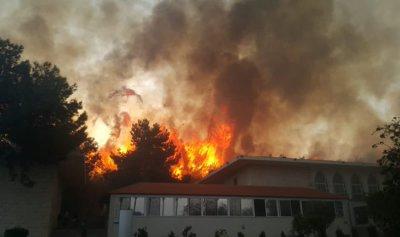 بالفيديو والصور: حريق المشرف يحاصر المنازل والوضع كارثي