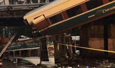 بالصور: قتلى بسقوط قطار من فوق جسر بولاية واشنطن