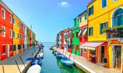 """بالصور: سحر إيطاليا… """"الجزيرة الملونة"""""""