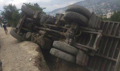 إنقلاب شاحنة في جرد مربين والاهالي ناشدوا تعبيدها تجنبا للحوادث