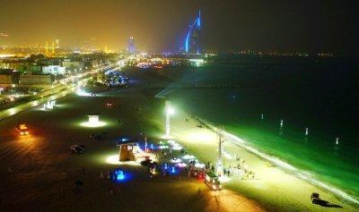 دبي… أول شاطئ عام للسباحة الليلية في العالم