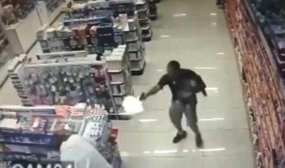 بالفيديو: أطلق النار على لصوص وطفله بين يديه!