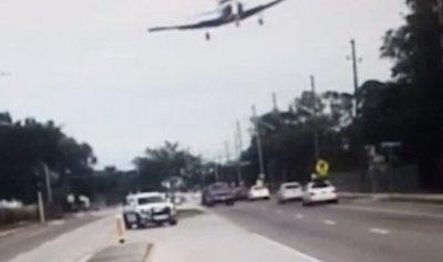 """بالفيديو: هبوط """"دارماتيكي"""" لطائرة وسط طريق مزدحم"""