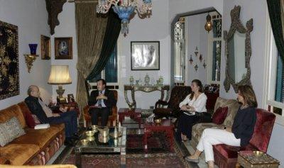 جنبلاط عرض الاوضاع مع السفير الفرنسي