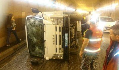 """بالصور: حادث سير داخل نفق """"فينيسيا"""" وسقوط جريحين"""
