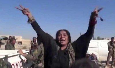 """بالفيديو: سوريّة تمزق برقعها احتفالا بدحر """"داعش"""" في الرقة"""