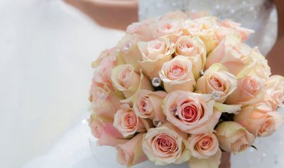 عروس في مصيبة بسبب باقة الزهور!