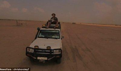 بالفيديو: محاولة شاب تصوير صحراء إثيوبيا تنتهي بشكل مؤسف