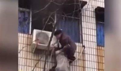 بالفيديو: مشلول يتسلق مبنى محترق لإنقاذ امرأة حامل