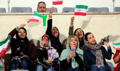 """ايران: النساء في ملعب كرة القدم يرين""""رجالا نصف عراة"""""""