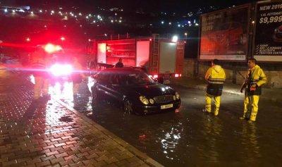 بالصور: إنقاذ مواطنين من سياراتهم في جونية وغزير