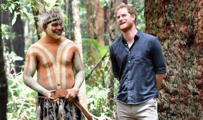 الأمير هاري حافي القدمين