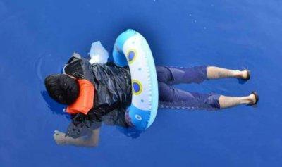 يبحر من تركيا إلى اليونان… بعوامة أطفال