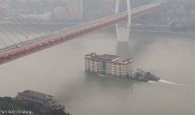 بالفيديو: مبنى يسبح في النهر