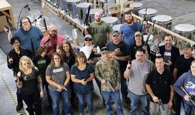 اهداهم سلاحاً بمناسبة عيد الميلاد