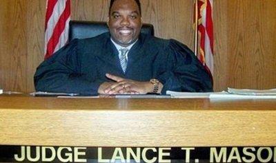 قاضٍ يطعن زوجته حتى الموت