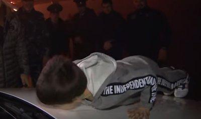 """بالفيديو: رئيس جمهورية يهدي طفلاً """"مرسيدس"""""""
