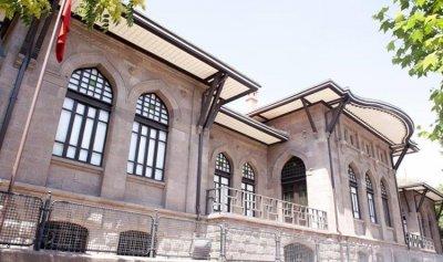 بالفيديو: تركي يحاول الانتحار من فوق البرلمان