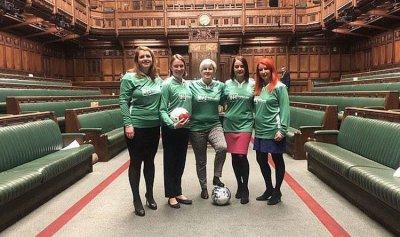 بالفيديو: برلمانيات يلعبن كرة القدم في المجلس