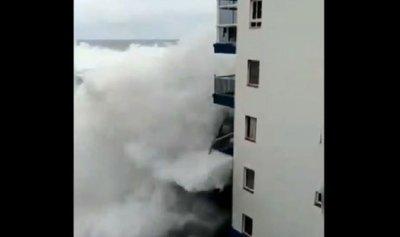 """بالفيديو: موجة """"تسونامي"""" تجتاح مبنى"""