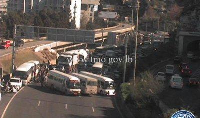 بالصور: اعتصام للسائقين وزحمة سير خانقة