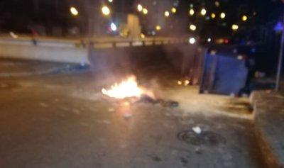 بالفيديو: اقفال طريق قصقص استنكاراً للتعرض للحريري