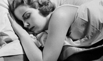 احذروا النوم على البطن!