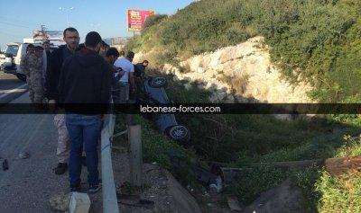 بالفيديو والصور: إنقلاب سيارة على أوتوستراد كفرعبيدا