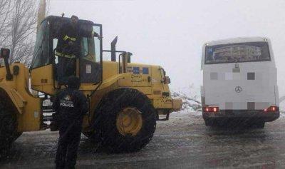 إنقاذ تلامذة حاصرتهم الثلوج داخل حافلتين في فقرا