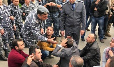 خاص بالفيديو والصورة: القوى الأمنية تتعرض للأساتذة المعتصمين… وحمادة يستنكر