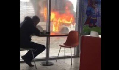 بالفيديو: روسي يتناول الغداء على بعد أمتار من سيارة تحترق