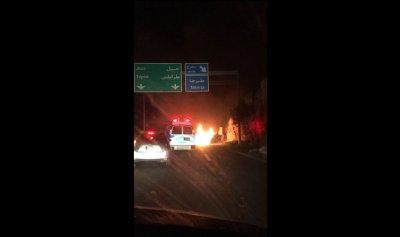 بالصورة: إحتراق سيارة على أوتوستراد طبرجا