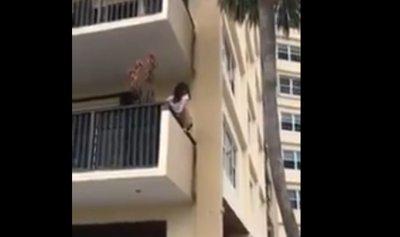 """بالفيديو: امرأة متهورة تمارس """"اليوغا"""" على شرفة المنزل"""