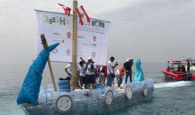 اطلاق قارب مصنوع من القناني البلاستيكية من جبيل إلى مرفأ بيروت