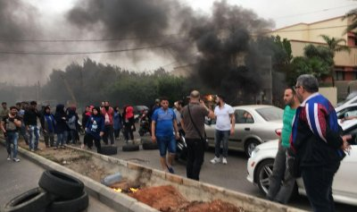 خاص بالصور: قطع الطريق في الأوزاعي إحتجاجًا على مداهمات الجيش!