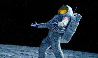 بالفيديو: رائد فضاء ينسى ذاكرة التخزين لدى خروجه إلى الفضاء