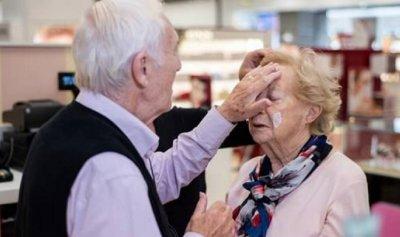 قصة مؤثرة: علِم أن زوجته ستصاب بالعمى… فتدرّب من أجلها
