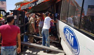 بالصورة: قتيل و12 جريحًا بحادث على اوتوستراد دير الزهراني