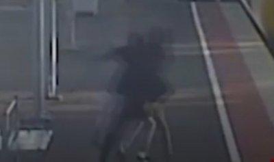 بالفيديو: مراهق يضع صديقته على حافة الموت