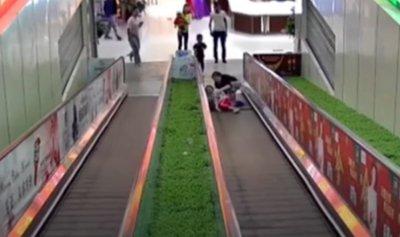 """بالفيديو: سلم كهربائي """"يصطاد"""" فتاة"""