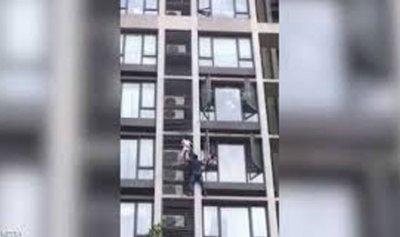 بالفيديو: موقف بطولي لأب تسلق 7 طوابق لإنقاذ طفله
