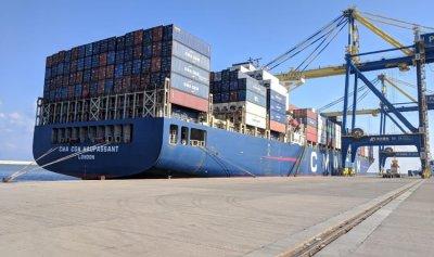 سفينة الحاويات العملاقة تتمركز في مرفأ طرابلس